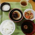 めし処銭屋 - 惣菜三品·味噌汁·ライス小で、税込495円。