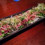 三浦頂食堂 - まぐろタタキ。セルフでごま油をたっぷりかけて食べられる。