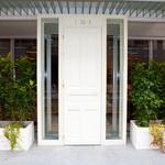 Le Salon de Legumes - 白が基調の爽やかで品のあるエントランスです。