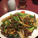 魯園菜館 - 牛肉の千切りとニンニクの芽の炒め物