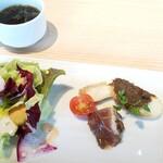 Yakinikubisutoroishiduchi - 前菜とサラダの盛り合わせと本日のスープ