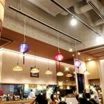 ベトナム料理店 ウィッチ フォ - 店内、天井が高くお洒落な店内
