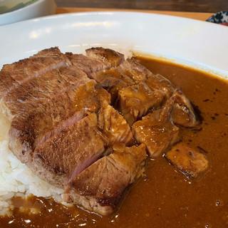 【名物:トンテキカレー】低温調理でじっくり仕上げた柔らか豚肉