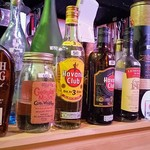 ビーチバル - ドリンク写真:カウンター上のウイスキー、ラム、焼酎、リキュール、テキーラなども注文可能