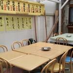 みなと食堂 - 店の表の客席