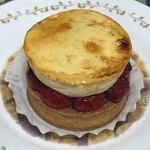 120530303 - フランボワーズの酸味とクリームの甘みの相性が良い!シブーストフランボワーズ