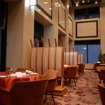 ホテルオークラレストラン新宿 ワイン&ダイニング デューク - 天井の高い店内