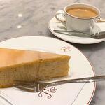 Café Kreutzkamm - 日本のバームクーヘンよりも層が厚く、しっかりとパンパンに詰まっている。