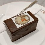 Café Kreutzkamm - Baumkuchen Dessert 3.7  周りがチョコレートで包まれており、中のバームクーヘンにはラム酒が含まれたケーキの様な大人のバームクーヘン。濃厚でこちらも美味しい。