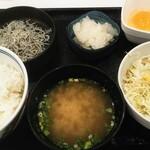 吉野家 - 料理写真:シラスおろし定食と生野菜で517円税込。