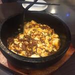 蓬溪閣 - 石鍋でアッツアツの麻婆豆腐 辛いけど美味しい お母さんが混ぜて取り分けてくれます