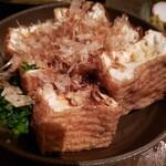 120579080 - このお豆腐の真ん中にくぼみを作って、そこにお醤油入れてた。