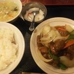 上海厨房 家楽 - ランチ酢豚750円 甘過ぎて好みではありませんでした。玉ねぎはちゃんと火が通っていて良かったです。ご飯は美味しくないので、少な目にしてもらって食べ放題の炒飯を食べるのがよいかと。杏仁豆腐は安定でした。