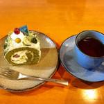 赤いトタン屋根の猫 - 抹茶のロールケーキ
