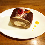 赤いトタン屋根の猫 - ロールケーキ