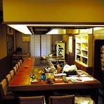 ともしび - 鉄板カウンターとテーブル4卓ほどの小さなお店