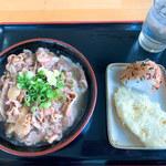 手打ちうどんますや - 料理写真:肉うどん(小)&レンコン天・おにぎり