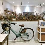 フィーカファブリーケン - カフェスペースから製菓スペースを臨む