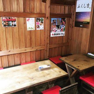 東北うまいもの酒場 プエドバル - 1階テーブル席。コロナ対策で風通し良くしております。