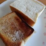 湯まちパン工房 あかり - 料理写真:マシュマロ食パン 手前側は自宅で鉄のフライパンを使って焼きました。