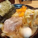 らーめん 門 - 料理写真:家系豚骨ラーメン¥800+味玉¥100