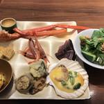 馳走三昧 - ランチビュッフェ2900円(税込み)。サラダと和食色々。貝殻で調理された味噌焼き、小分け盛りの鱈の南蛮漬けなど、それなりに美味しかったです(^。^)