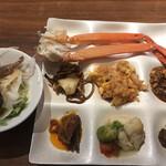 馳走三昧 - ランチビュッフェ2900円(税込み)。ビーフシチューなどの洋食と上海焼きそばなどの中華。長く放置され続けて、表面が乾燥して、見た目も含めて今ひとつ。。。好物の魚介類は美味しかったです(^。^)