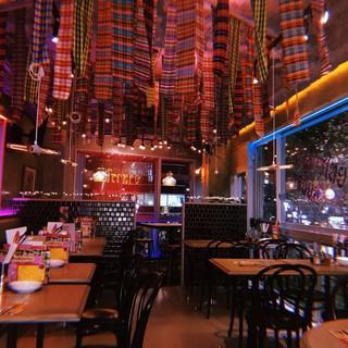 タイのパブをイメージした店内は、夜景を望む開放的なお洒落空間