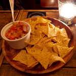 Gatito - 柿のサルサ&チップス。季節感あるフルーツ、柿のほのかな甘さがコーンチップスに合うとは意外