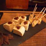 Gatito - 豆腐の梅かつお燻製ダレ、いぶりがっこチーズ。燻製系にはメスカルがピタリと合います