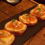 Gatito - あんぽ柿とチーズのタルティーヌ・アガベシロップ掛け。テキーラと同じ原料のシロップで、統一感を持たせた一品