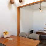 みんなのコーヒー - 白と木目を基調とする、シンプルモダンな空間。センス良くまとまっている