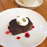 120658742 - チョコレートケーキ(¥420)。堅焼きでしっかりとした質感、甘さは控えめで美味しい