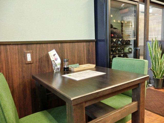 San Go 店内のテーブル席の風景です