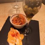 肉talian 肉バル&ワイン&イタリアン - 人参はツナ和え、チキンとオリーブも美味