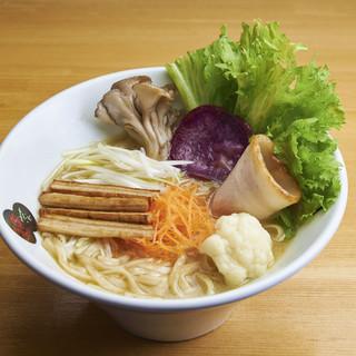 女性に人気!彩り野菜が魅力の「濃厚鶏塩白湯ラーメン」
