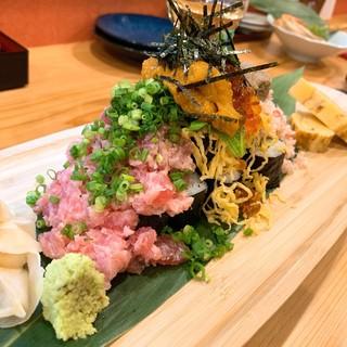 見た目のインパクト大!贅沢素材たっぷりの名物「のっけ寿司」