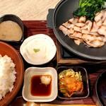 麦とろ海物語 - 豚網焼き御膳