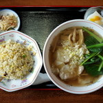 四川料理 江湖 - ワンタン麺+半炒飯セット・・・こちらもボリューム満点。
