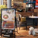 CAFE GITANE - エントランス横のテーブル