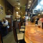 手打ち出雲蕎麦 - 「出雲そば」カウンター席とテーブル席