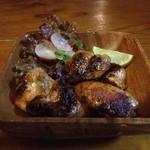 HONEY BEE - 何種類ものスパイスに漬け込んだ鶏肉を強火で焼き上げたジャマイカ料理!「ジャークチキン」\700