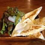 HONEY BEE - サルサソースとサワークリームを付けて食べるメキシコ風ピザ?!「ケサディア」\500