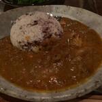 cafe moyau - 西山カレー。スパイスが癖になるのとチキンが柔らかくて食感のある雑穀米とよく合います。