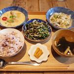 カシカ - CASICA Set Menu(1150円・外税)のひじきと緑豆のサラダ、鶏とプチトマトのココナッツアドボ、キャベツのスリランカ風ココナッツ煮
