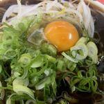 120745720 - 「特大新福そば」接写。トッピングには、京都ならではの九条葱が半面にたっぷりと盛られており、その隣には、これまたたっぷりのもやしが半面覆い、生玉子がその全体の中心に置かれている。