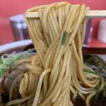 120745739 - 「特大新福そば」麺リフト。中太のストレート麺は、昔ながらの「中華蕎麦」で、もちもちっとしたと歯応えが愉しめ、適度な麺芯の固さが、心地好い弾力となって口腔内を満たす。