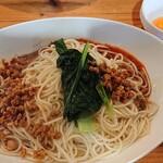 四川家庭料理 楊 八戸 - 汁なし担々麺、辛さ普通。トッピング卵黄。