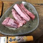 焼肉 初栄 - カラシのチューブと大きさ比較。