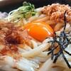 わらじや - 料理写真:納豆うどん(温)。つゆをかけた様子